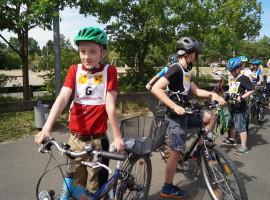 Fahrradprüfung und Radfahrturnier der vierten Klasse